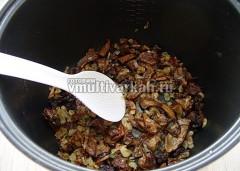 Грибы отжать, порезать и обжарить на растительном масле, добавить лук и еще пожарить, переложить на тарелку
