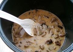 Вылить в чашу мультиварки, добавить соль и специи