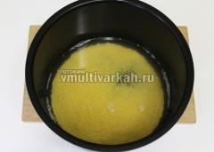 Пшенную крупу промыть несколько раз, залить водой или бульоном, посолить