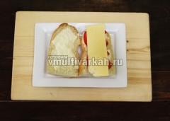 Сверху на помидор выкладываем пластинки сыра