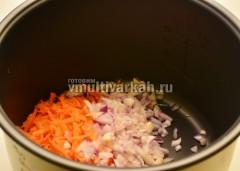 В чашу налить масло и выложить лук с морковью