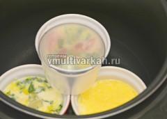 Ставим в чашу мультиварки и добавляем горячую воду