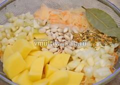 Измельчаем картофель, лук и сельдерей