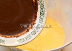 Добавить к яйцам шоколадную смесь