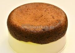 Готовый шоколадный кекс вынуть из чаши на форму для варки на пару