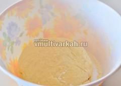 Замешиваем тесто для вареников
