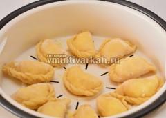 Контейнер смазываем маслом и выкладываем вареники