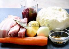 Подготовьте мясо, овощи и специи для борща