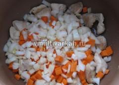 Слегка обжарить, добавить овощи и жарить вместе