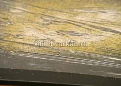 Пищевую пленку расстелите на столе и смешайте на ней соль со специями