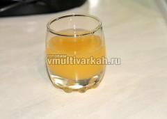 Выдавить из лимона сок