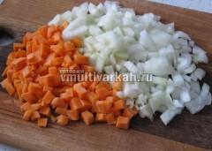 Очистите и измельчите морковь с луком