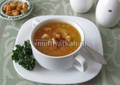 Подавайте суп с гренками и зеленью