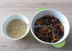 Грибы и перловку для супа залить кипятком и оставить на 30 минут