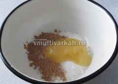 Сахар, корицу, ванильный сахар и мед высыпать в миску