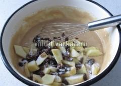 Добавить в тесто яблоки и изюм