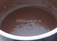 Вылить тесто в смазанную маслом чашу мультиварки