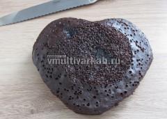 Из готового бисквита вырезать форму сердца