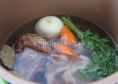 Заложите все ингредиенты для бульона в чашу и залейте водой