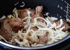 Обжарьте лук вместе с мясом