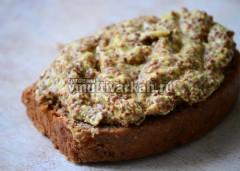 За час до готовности намажьте хлеб горчицей и опустите в мясо горчицей вниз