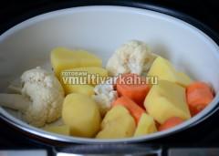 В то же время поставьте в чашу емкость для варки на пару с овощами