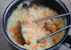 Подавите картофелемялкой чтобы остались кусочки
