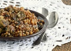 Подавайте гречку с мясом и грибами горячей