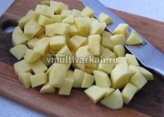 Картофель нарежьте кубиками