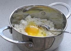 Вбейте яйцо, всыпьте соль и сахар