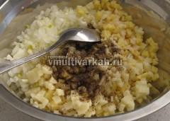 Для начинки измельчите сырой картофель и лук, поперчите и посолите