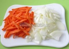Очистите лук и морковь, измельчите