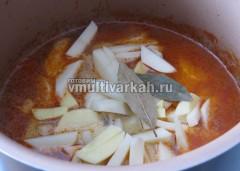 Добавьте картофель и горячий бульон