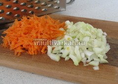 Измельчите лук и морковь, обжарьте