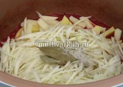 Заложить в чашу картофель, капусту, соль и специи