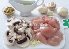 Нарежьте мясо и грибы, измельчите чеснок