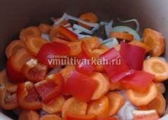 После завершения программы выложите на мясо лук, морковь, сладкий перец
