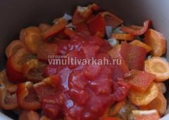 Последними добавьте томаты и включите тушение на полчаса