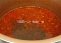 Овощи слегка обжарить, добавить томатную пасту, воду, соль и специи