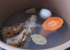 Сварить бульон на программе тушение с  курицей, луком, морковью, лавровым листом