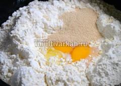 Смешиваем в теплой миске молоко, муку, яйца, дрожжи, ванилин, сахар и соль