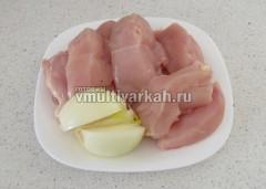 Мясо порежьте ломтиками, лук разрежьте на четверть