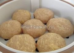 Сформируйте котлеты с ломтиками сыра внутри и из фарша с сыром
