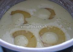 Залить половиной теста и выложить оставшиеся ананасы