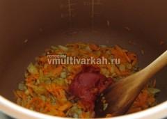 Добавьте томатную пасту, немного воды и тушите пару минут