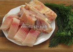Рыбу нарежьте и удалите кости