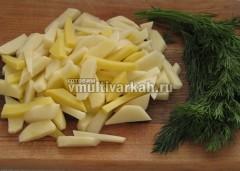 Картофель измельчите соломкой или по желанию