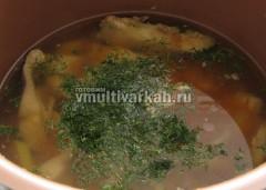 В готовый рыбный суп добавьте свежую зелень