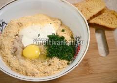 В фарш добавьте яйцо, сухари, сметану, зелень