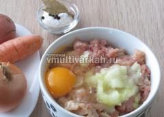 В фарш добавьте зелень, лук, соль, и яйцо